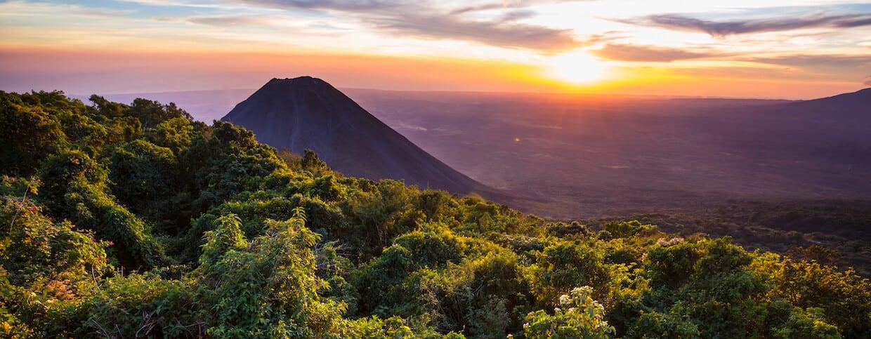 Vulkan med kaffeplantage på i El Salvador